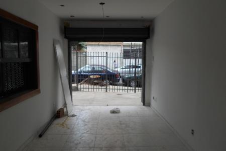 Loja com 40m², com piso em ceramica; 1 banho com piso em porcelanato e bancada em granito, recuada; próximo comercio, rua plana, ótima localização.    Atualizado em 02/11/2018.