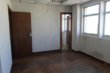 Prédio revestido em blindex, próximo a Av. Amazonas, com aproximadamente 30 anos; portaria 24h; sistema de câmeras; 2 elevadores.  Sala comercial. Com 33 m², com piso em cerâmica; banho com piso e bancada em cerâmica.
