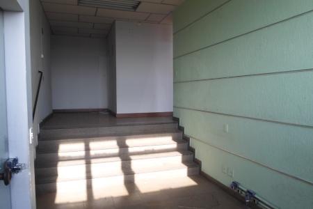 Prédio revestido em blindex, próximo a Av. Amazonas, com aproximadamente 30 anos; portaria 24h; sistema de câmeras; 2 elevadores.  Sala comercial. Com 33 m², com piso em cerâmica; banho com piso e bancada em cerâmica.    Atualizado em 06/12/2018.