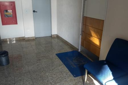Ótima localização, junto à Contorno e Hospital Felício Rocho.  Prédio em estrutura de aço e alvenaria, portaria 24h, 2 elevadores, 1 vaga coberta livre (-1).  Sala com aproximadamente 33 mts, andar alto, banho e uma copa.
