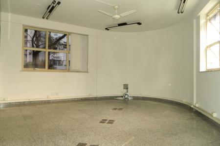 Ótima sala com 70 m²!  Sala: Atualmente dividida em três ambiente com divisórias, piso em granito cinza, janelas amplas ventiladores de teto  e ar condicionado; 02 banheiros sendo masculino e feminino.  Edifício: Interfone, portão eletrônico, portaria comercial e 01 elevador.