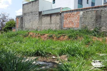 Lote/terreno urbano, em área predominantemente residencial, à venda no bairro Ouro Preto, localização privilegiada, com fácil acesso pela Rua Desembargador Paula Mota.   A área do lote é de aproximadamente 360m², de formato regular, em sua maior parte plano, com declive nos fundos do lote.    Atualizado em 30/11/2018.
