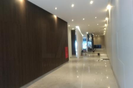 Próximo ao Fórum Lafayete (160 m), Justiça do Trabalho (300 m), Assembléia Legislativa (1,0 km). Prédio com acabamento de luxo, revestido com vidros refletivos, área total de 18.410 m², composto por lojas, salas, andares corridos. Estacionamento rotativo. Hall de entrada, portaria, circuito de TV, 5 elevadores. Andar com 389,51 m², sendo 231,13 área real privativa coberta e 158,38 m² área real privativa descoberta.