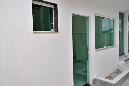 Excelente área privativa no Vila Cloris/ Planalto  Localizada em rua plana com fácil acesso para a avenida Cristiano Machado e D. Pedro I, há 3 quarteirões do Shopping Estação, metrô, faculdades, bancos e próximo a área comercial do Planalto.  Prédio revestido em cerâmica, 2 pavimentos sob pilotis, portão eletrônico, água individual, sistema de segurança.  *''VALOR ESTIMADO DE IPTU E CONDOMÍNIO''*  Apartamento: Sala para 2 ambientes, 3 quartos sendo um suíte, 1 banheiro social, cozinha americana, porcelanato em todo o piso e paredes da cozinha e banheiros. Ampla área externa, 2 vagas de garagem cobertas em linha.