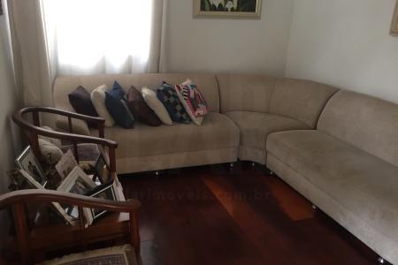Ótima casa de 2 pavimentos no Cachoeirinha, estilo colonial, próximo ao Hospital Belo Horizonte   1º Piso: 3 salas piso sinteco, lavabo, cozinha grande com ótimos e muitos armários, jardim, área de serviço, lavanderia, barracão com quarto, sala, banho e cozinha, quarto de ferramentas, quintal, garagem para 3 carros em linha, escada com piso e corrimão em madeira  2º Piso: 4 quartos com armários, piso sinteco, suíte com box temperado e bancada em granito, banho com box temperado e bancada em granito, varanda  Rua plana, tranquila e fácil acesso para o Centro, Pampulha, Colégio Batista, Floresta