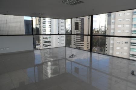 Sala com piso em porcelanato, 2 banheiros. Vista espetacular com terraço, privativo (possibilidade de conjugar com a sala 403). Ambiente claro, arejado.  3 vagas livres.