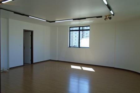 Sala ampla com 60 m²!  Sala ampla com piso Laminado, janelas amplas, luz e ventilação natural; 01 banheiro com armário embutido espelho e bancada em granito; Ótima localização.  Edifício: Imponente com 05 elevadores, portaria, hall de entrada e revestimento em granito.