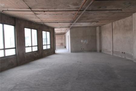 Próximo ao Fórum Lafayete (160 m), Justiça do Trabalho (300 m), Assembléia Legislativa (1,0 km).  Prédio com acabamento de luxo, revestido com vidros refletivos, área total de 18.410 m², composto por lojas, salas, andares corridos.  Estacionamento rotativo. Hall de entrada, portaria, circuito de TV, 5 elevadores.  Andar com 59463 m², sendo 368,48 m² área real privativa coberta e 226,15 m² área real privativa descoberta.    Atualizado em 01/12/2018.