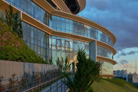 Venda de Andar Comercial de 601,73 m² no bairro Estoril.  Prédio: O Edifício faz parte de um complexo empresarial no alto da Avenida Raja Gabaglia, com vista privilegiada. São edifícios distintos e independentes em completa harmonia entre si, permitindo de uma leitura de cada prédio de forma separada e juntos, como um complexo empresarial. Os espaços são flexíveis e integrados. Um dos edifícios do complexo já foi entregue, é será a futura sede do Consulado Norte-Americano em BH.  Andar: Composto por 5 salas de tamanhos variados totalizando uma área de 601,73 m², com toaletes masculino e feminino.   Garagem: 10 vagas cobertas, livres e demarcadas.