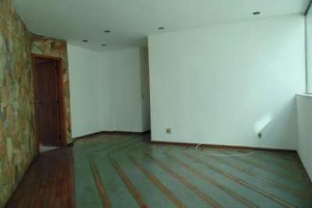 Excelente apartamento de fundos com 140m², com ótima localização, 03 quartos com armário, salão amplo para 02 ambientes, banho social e suíte com bancada em mármore, armários, box blindex, cozinha ampla com bancada em mármore, armário, área de serviço ampla arejada com DCE.  Piso dos quartos em taco, sala em ardósia, banhos, cozinha, área de serviço e DCE em cerâmica.  Prédio recuado, jardim frontal, cerca elétrica, interfone, sistema de alarme, portão eletrônico, 02 vagas de garagem, 02 pavimentos com 02 apartamentos por andar. Localização: entre Avenida Santa Rosa e Avenida Magalhães Penido.