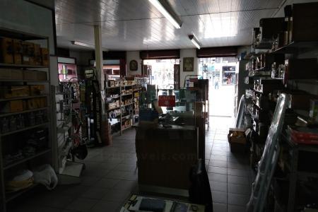 Localizado no coração da Floresta!  Prédio comercial: loja com mais de 60 anos no ponto com aproximadamente 120 m², com dois banhos.  Café tradicional anexo a loja. Primeiro andar são oito salas com aproximadamente 20 m² cada com dois banhos.