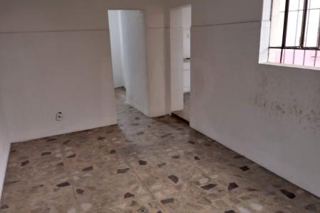 Próximo à Avenida Artur Guimarães  Casa com 2 salas piso em tacos de madeira, 03 quartos com piso em tacos de madeira e armários embutidos. 02 banheiros sociais com box e piso em cerâmica. 01 cozinha ampla e varanda, piso em cerâmica. Área de serviço, dependência completa de empregada separada da casa.   Vaga de garagem para 01 carro coberta e livre.