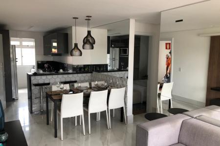Ótima localzação  Apartamentos de 2 e 3 quartos, 57m² e 72m² respectivamente. 1 suíte, cozinha integrada com a sala, armários nos quartos, embaixo da bancada dos 2 banhos, embaixo da bancada da cozinha, espelho nos 2 banhos. Excelente acabamento, porcelanato Portobello 1,20×0,60 na sala e cozinha, banhos em granito verde ubatuba, janelas com veneziana integrada, apartamento todo rebaixado com forro de gesso e preparação para ar condicionado na sala e nos quartos. Fachada aerada em porcelanato Portobello 60×60, salão de festas e medição de água individualizada. 2 ou 3 Vagas de garagem.