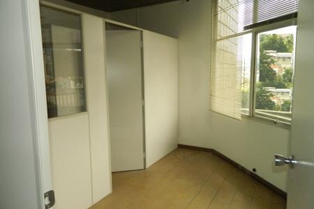 Excelente sala comercial de 43 m² próximo à área hospitalar,piso laminado, divisórias e janelas com isolamento acústico. 1 banheiro com piso em cerâmica e espelho 1 vaga de garagem coberta . 3 elevadores eficientes, portaria 24 horas.