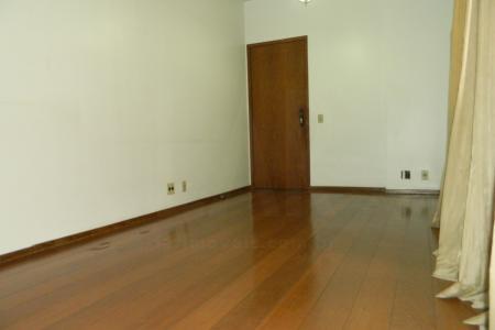 Apartamento 94m² á uma quadra do Diamond Mall!  Apartamento: Sala ampla com piso em tábua corrida, Sala de jantar com piso em madeira; 03 Quartos ambos com piso em madeira, janelas amplas sendo um suíte; Banho social e Suíte com revestimento em cerâmica, box; Cozinha com revestimento em cerâmica,  área de serviço e DCE.   Prédio:  Edécio com 12 pavimentos, 02 apartamentos por andar, portaria 24 horas, Interfone, portão eletrônico; 01 vaga livre, coberta e demarcada e ótima localização a poucos metros do Shopping Diamond Mall.