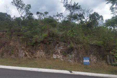 Lote em condomínio em Nova Lima!  O condomínio Quintas do Morro é um empreendimento exclusivo com apenas 190 lotes. Integrado a natureza com projeto urbanístico e paisagístico, 1 milhão de metros quadrados de reserva ecológica particular com cascatas e lagos, vista das montanhas!  Lote com área total de 2.069,98 m².