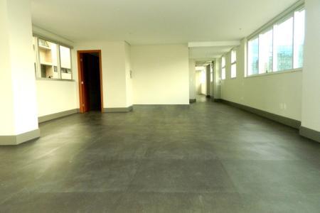Excelente sala com 80m², com piso vinílico em placa 58x58cm Mix and Match; 2 banheiros com piso em porcelanato e bancada em granito; sistema de sprinkler; janelas acústicas, e com duas vagas em linha, cobertas e demarcadas.  O Edifício Strauss é um empreendimento comercial localizado no bairro Funcionários.  É composto por 14 pavimentos, estacionamento privativo, localização privilegiada com fácil acesso ao centro e bairros Lourdes e Savassi, além da qualidade e assinatura da PHV Engenharia.