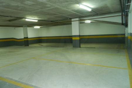 Vaga de garagem em prédio comercial.