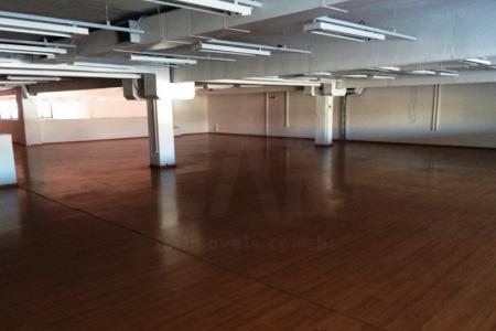 1º Pavimento:  vão comercial (loja 02) com 925 m² de área                                                                       2º Pavimento- vão Comercial (sobre loja) com ampla escada de acesso com 455 m² de área, com 10 vagas de garagem.