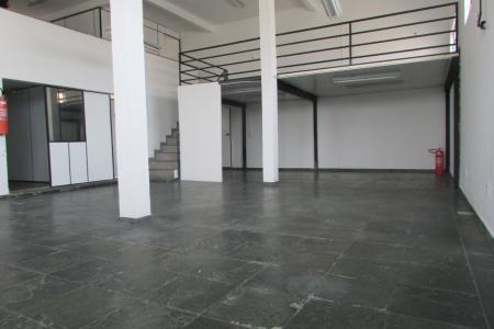 Excelente galpão de 200m², bem localizado, fácil acesso, próximo a comércios e linhas de ônibus, próximo à rua Belmiro Braga e Escola Bom Senhor Arthur de Oliveira.   Galpão amplo com 200 m², mezanino, banho social e refeitório.