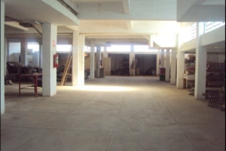 Excelente galpão/lojão,  localização privilegiada no Bairro Sagrada Família. Próximo à Av. Silviano Brandão/Rua Conselheiro Lafaiete e Av. Cristiano Machado. Excelente opção para investidor, pode ser usado como imóvel comercial, loja ou depósito com área construída de 580m² e área de terreno de 800m² e ampla frente com aproximadamente 45m,  fundo também com aproximadamente 45m.  Prédio: Em alvenaria com laje, pé direito de aproximadamente 5 metros, que possibilita fazer mezanino, amplo salão com piso em cimento grosso,  4 salas, cozinha, 2 banhos, 4 portas metálicas sanfonadas, acionamento por controle remoto e de acesso, local fechado, coberto e iluminado, carga e descarga na porta(estipulado pela PBH), sistema de combate a incêndio.