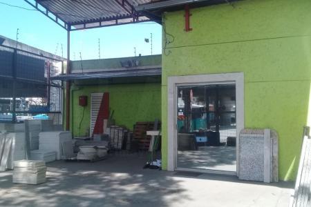 Duas lojas com entrada pela Avenida Cristiano Machado.  Lojas em piso cerâmico, teto com forro em PVC.  As duas lojas encontram-se alugadas com uma renda mensal dos aluguéis no total de R$ 4.500,00.   Uma loja tem 186 m² de área construída, a outra tem 123 m² e uma estrutura de galpão.
