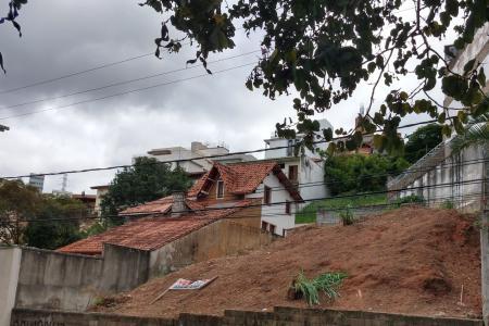 Lote bairro Santa Lúcia, em rua plana com muitas casas, próximo ao Shopping Falls.   Lote em rua plana, aclive 12 metros x 30 metros, no fundo é irregular.  Zoneamento ZAR 1. Área: 360 m².