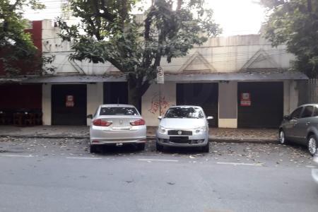Entre Av. Bias Fortes e Rua Gonçalves Dias!  Lote plano, 600 m² de terreno e 240 m² de área construída.  Dimensões: 15 metros x 40 metros.  Para uso residencial e comercial.  Zoneamento: ZCBH.