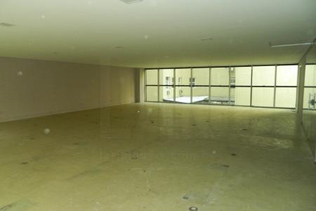 Andar corrido no coração do centro bem abaixo do valor de mercado, para alugar rápido.  Andar com 170 m² de vão livre, com 3 elevadores e porta de vidro. 2 vestiários com adaptação para PNE. Porteiro físico durante todo o horário de funcionamento do prédio.