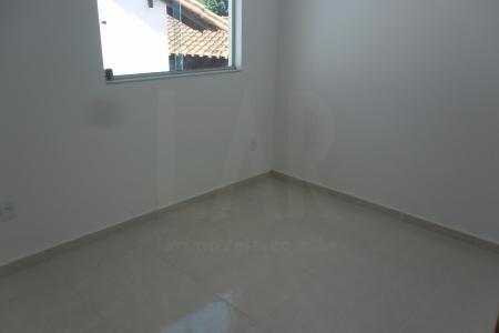 Casa geminada duplex, recuada, gradeada, 100% revestida em pintura texturizada, janelas de correr em vidro temperado.  1º Andar: sala com piso em granito, teto em gesso. Lavabo, piso e bancada em granito, paredes em cerâmica, teto em gesso. Cozinha americana com piso em granito e bancadas paredes em cerâmica, teto em gesso. Área de serviço.  2º Andar: sala com piso em porcelanato, teto em gesso. 2 quartos com piso em porcelanato e teto em gesso. Banho social com piso e bancada em granito, paredes em cerâmica, teto em gesso.  2 vagas de garagem descobertas em linha.
