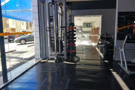Loja em rua plana no Centro Comercial Solos.   Com dimensões de 16 x 5 metros. Piso emborrachado. Banheiro revestido em cerâmica.  Funciona há mais de 10 anos como academia.  Estacionamento em frente a loja.  SÃO DUAS LOJAS (300MIL CADA UNIDADE) ALUGADAS HÁ MAIS DE DEZ ANOS PARA UMA ACADEMIA, VALOR DA LOCAÇÃO 1.400,00 CADA LOJA