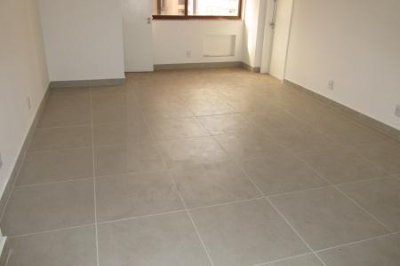 Próximo do Edifício Maleta e da Rua de janeiro.  Prédio com pintura texturizada  Sala comercial de 39 m² com banheiro e piso em cerâmica .  Não tem vaga de garagem.