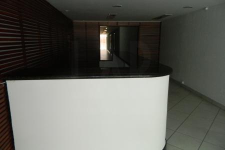 Loja e sobreloja com 337m² na Av Prudente de Morais, com piso em cerâmica e em ótimo estado de conservação. Fácil acesso e próximo à várias linhas de ônibus.    Loja: 1º piso: Loja de frente pra Av Prudente de Morais com aproximadamente 168,5 m², com porta em blindex. A loja do primeiro piso possui 01 recepção com piso em cerâmica, 12 salas separadas por drywall com piso também em cerâmica, 01 jardim de inverno e 02 banheiros com o piso em cerâmica e azulejados.  2º piso: Sobreloja com aproximadamente 168,5 m², com 02 salas grandes com piso em cerâmica e ao fundo 02 banheiros com o piso em cerâmica e azulejados.  02 vagas de garagem cobertas em linha