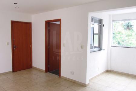 Apartamento com ótima localização, constituído de 02 quartos amplos, banho social, suíte com bancada em granito armários, box blindex, sala em L para 2 ambientes, varanda, cozinha com bancada em granito, armários planejados, mesa de lanche em granito, área de serviço.  Piso da sala em porcelanato. Piso dos quartos em laminado. Piso da cozinha e banhos em granito.  Prédio recuado revestido em pintura, 15 pavimentos, 4 apartamentos por andar, portão eletrônico, cerca elétrica, interfone, portaria 24 horas, área de lazer com piscina com raia, salão de festa,espaço gourmet, churrasqueira,  quadra, 2 elevadores, 03 vagas de garagem sendo 02 em linha e outra separada e livre.  Próximo: Avenida Nossa Senhora do Carmo.    Atualizado em 18/09/2017.