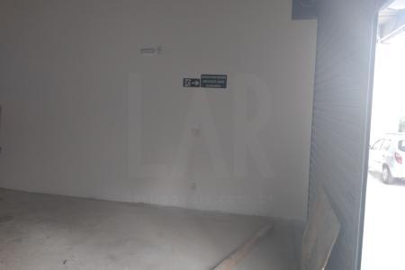Fácil acesso a Avenida Tancredo Neves.  Loja: 185 m² andar térreo coberto, 130 m² de mezanino. 69 m² área descoberta. 21 m² cobertos na parte frontal da loja. Loja em contrapiso.  Estacionamento para clientes: 2 a 4 vagas na frente da loja.  Vagas de garagem: 3 vagas para carros e 6 vagas para motos, no estacionamento do prédio.