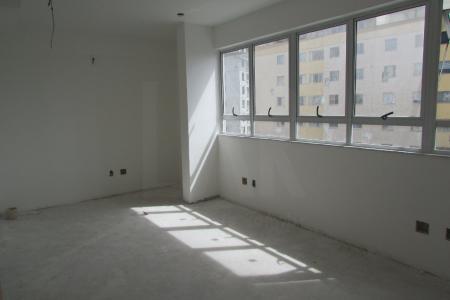 Próximo ao comércio, fácil acesso as principais vias de acesso ao bairro.  Sala ampla. Lavabo. Todo piso em porcelanato, janelas grandes de alumínio.  1 vaga de garagem livre e coberta.