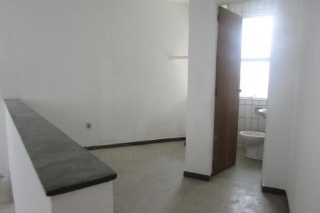 Lola  27 m²  com piso em marmorite, 02 portas de aço, 01 escada em espiral, pé direito duplo sendo, sendo 18  m² ,  No primeiro pavimento e mezanino com  9 m², 01 banho azulejado com piso em cerâmica.  Localização: Continuação da Junquilhos.