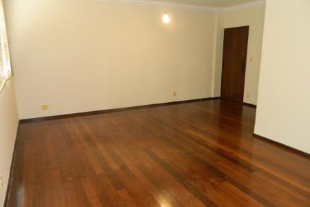 Prédio revestido em pastilhas.  Apartamento :  Sala ampla para 02 ambiente com piso em madeira.04 quartos sendo 01 suíte (01 quarto é em piso laminado branco, 3 quartos são de piso de madeira, onde 01 dos quartos possui uma pequena varanda) , banho social com piso em cerâmica, cozinha ampla com piso em cerâmica, área de serviço com piso azulejado e DCE.  Apartamento com elevador.  02 vagas de garagem em linha e cobertas.