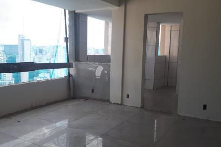 Prédio: 100% revestido, água e gás individualizados, espaço gourmet, elevador.  Apartamentos: sala conjugada. Lavabo. Varanda gourmet. 4 quartos, sendo 1 suíte. Banho social e suíte com bancada em granito. Ampla cozinha com bancada em granito. Área de serviço e banho de empregada. Todo o apartamento com piso em porcelanato.  Apartamentos tipo e área privativa com 2 vagas de garagem, cobertura com 3 vagas de garagem.