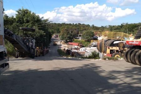 Terreno de 26.000 m², próximo a BR.   Possui  1.000 m² de área construída.  Atualmente funciona uma usina de asfalto.