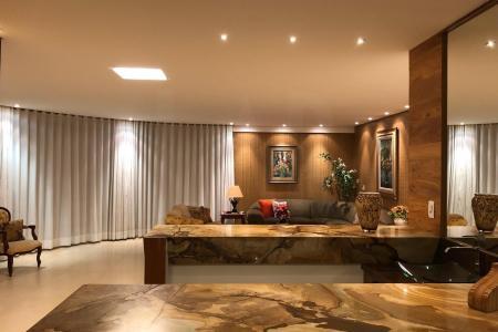 O Alphaville, é um ótimo lugar para se morar, está localizado em uma região privilegiada e perfeita para quem busca tranquilidade, segurança, lazer e a prática de esportes ao ar livre. Está situado apenas a 20 minutos do BH Shopping, possui infraestrutura completa de lojas, comércio, Supernosso, Drogaria Araújo, consultórios, escolas bilíngues (Seb e Maple Bear), e ainda Fundação Dom Cabral, Hotel Mércure, Minas Tênis Clube Náutico. O Alphaville possui sistema de transporte exclusivo para seus moradores, além de linhas alternativas. Portaria 24 horas com forte sistema de segurança. O acesso pela rodovia 040 é administrada pela Invepar rodovias, proporcionando assim, mais segurança e conforto aos seus usuários.  Casa no Residencial Inconfidentes, Casa com projeto contemporâneo e paisagístico, vista definitiva para Lagoa,   1004,00m² de terreno e 750,26m² construídos, 5 vagas de garagem, área externa com espaço gourmet e piscina aquecida.  1º Andar: 4 salas conjugadas com bar, piso em mármore. 2 lavabos. Varanda com vista panorâmica. Sauna e ducha. Suíte com closet e espaço para adega, piso em tábua corrida. Banho suíte com piso e bancada em granito. Ampla cozinha em estilo americana, com fogão em ilha, piso e bancada em granito, equipada com cristaleira. Despena. DCE.  2º Andar: solarium. 4 quartos com piso em tábua corrida, sendo 3 suítes com closet. Suíte máster com sala íntima, closet, banheira de hidromassagem e varanda. Banhos com bancada em mármore e piso em porcelanato. Academia, varanda com preparação para spa.