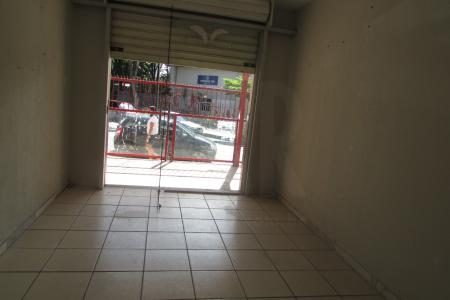 Próximo ao Shopping Mall Via Brasil Pampulha   Situada ao lado do Shopping Mall Via Brasil Pampulha, o espaço se encontra em uma rua plana e bastante movimentada de fluxo de pessoas e carros.  Sala : 40 m² com piso em cerâmica  e 01 banho piso em cerâmica e azulejo.