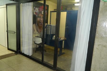 Próximo da Praça Raul Soares,  Avenida Augusto de Lima e do Terminal JK  Prédio com revestimento espelhado e arquitetura moderna.  Loja: Sala grande com piso em cerâmica e 1 banheiro com piso em cerâmica.