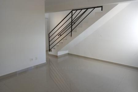 Prédio: revestido em textura, portão eletrônico, interfone, elevador.  1º Andar: sala com piso em porcelanato. 3 quartos, sendo 1 suíte, com piso em cerâmica. Banho social e suíte com bancada em granito e piso em porcelanato. Cozinha com piso em cerâmica, bancada em granito. Área de serviço.  2º Andar: sala com piso em porcelanato. 1 suíte com piso em cerâmica. Banho com piso cerâmico e bancada em granito. Terraço descoberto com piso em cerâmica antiderrapante de 34 m² e churrasqueira.  2 vagas de garagem.