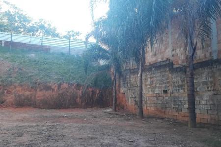 Próximo ao Restaurante Xapuri, fácil acesso a Orla da Pampulha.  Lote de 360 m², plano com aclive ao fundo, possui a estrutura de uma casa inacabada, piscina adulto e infantil.   Zoneamento: ZP2.