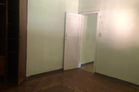 Próximo a Capela Santíssima Trindade  Casa:  murada , gradeada e amplo quintal.  Casa Sala para 02 ambientes com piso em taco . 04 quartos com piso em taco . sala de jantar com piso em taco . banho social e suite com piso em cerâmica. cozinha com piso em cerâmica, Cozinha com piso em cerâmica. Área de serviço e DCE.   05 vagas de garagem