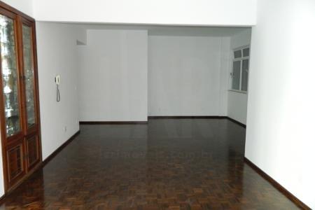 Prédio: revestido com pintura texturizada, portaria 24 horas, portão eletrônico.  Apartamento: sala ampla para 2 ambientes com piso em taco sintecados. 3 quartos, sendo 1 suíte com piso em taco sintecado. Banho suíte com piso em cerâmica. Banho social com piso azulejado. Cozinha com piso azulejado e bancada inox. Área de serviço. DCE.  1 vaga de garagem livre e coberta.