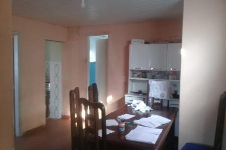 Terreno composto por 3 casas geminadas com entradas independentes. Área de 400 m².  Casas: sala. 2 quartos. Banho. Cozinha. Área de serviço. Todos os cômodos com piso em cerâmica.  Terraço coberto. Quintal.