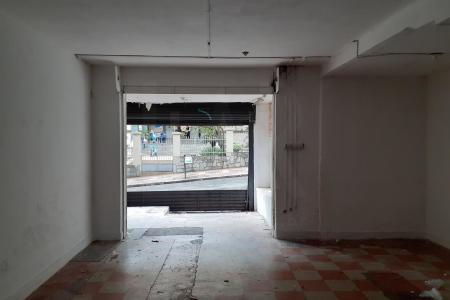 Próximo ao  Pátio Savassi e de frente ao tradicional Colégio Marista Dom Silvério.    Loja recuada com aproximadamente 80 m² e jardins laterais.   Salão  amplo com piso em cerâmica. Ventilação natural., banho com piso em cerâmica e bancada em granito e galpão lateral.
