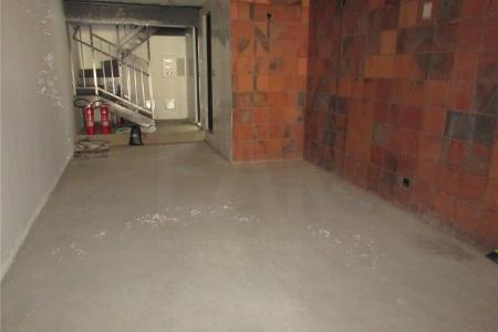 Próximo ao MC Donalds.  Prédio: revestido em granito.  Loja com 85 m², sendo 15 m² de mezanino, escada de ferro, 04 banheiros, 02 no primeiro pavimento e 02 no segundo pavimento, pisos em cerâmica.  01 Vaga de garagem coberta e presa.